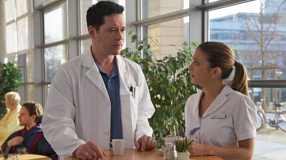 Dr. Philipp Brentano (Thomas Koch) und Schwester Arzu (Arzu Bazman) rätseln über die Ursache der ständigen Wutanfälle und Zusammenbrüche des neuen Patienten Daniel Bertold .Vielleicht bringt ein Drogenscreening Klarheit für sein seltsames Verhalten.