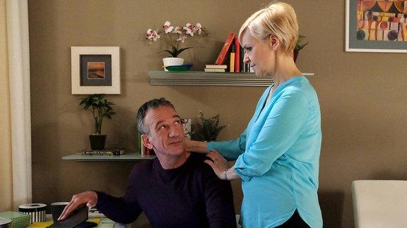 Kathrin Globisch (Andrea Kathrin Loewig) hat nach dem Besuch der Steuerfahndung große Probleme das Vertrauen zu ihrem Verlobten Alexander Weber (Heio von Stetten) wiederzufinden. Kathrin bittet Alexander, sie nie wieder anzulügen.