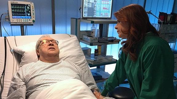 Vera Bader (Claudia Wenzel) macht sich scheinbar wirklich Sorgen um ihren Chef, den Gesundheitsdezernenten Jürgen Strauber (Jaecki Schwarz). Er ist der Einzige, der ihr nach ihrer Haftstrafe eine zweite Chance gibt und an sie glaubt.