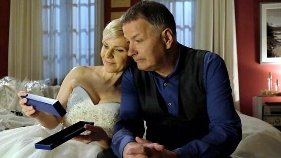 Kathrin Globisch (Andrea Kathrin Loewig) hat Roland Heilmann (Thomas Rühmann) gebeten, ihr Trauzeuge zu sein. Etwas unsicher aber aus tiefem Herzen, übernimmt Roland diese Aufgabe. Beim Aussuchen des Hochzeitskleides ist er leider keine große Hilfe, aber das hat Kathrin auch nicht erwartet. Doch als Roland ihr eine Brosche seiner verstorbenen Frau Pia für die Hochzeit leiht, schwelgen beide in schönen Erinnerungen.