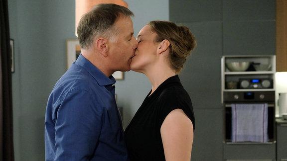 Roland Heilmann (Thomas Rühmann) und seine neue Nachbarin Kerstin Heller (Rike Schäffer) haben einen wunderschönen Abend miteinander verbracht. Das erst Mal seit langer Zeit scheint Roland wieder etwas für eine Frau empfinden zu können.