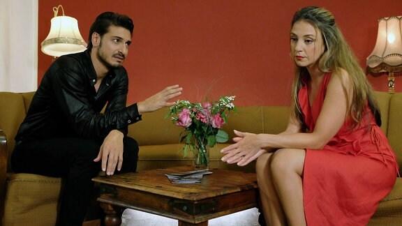 """Tanzlehrer Roman Kanter (Salvatore Greco) macht Arzu Ritter (Arzu Bazman) bewusst, was sie eigentlich schon lange weiß: Arzu und ihr Mann Philipp Brentano """"tanzen"""" in ihrer Ehe aneinander vorbei statt miteinander."""