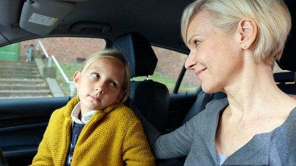Als Kathrin Globisch (Andrea Kathrin Loewig, li.) ihre Tochter Hanna (Lana Sophie Böhm, li.) bei einer Freundin übernachten lässt, erinnert sie Hanna noch mal an ihr Versprechen: Sie darf niemandem erzählen, dass Alexander bei den beiden ist. Doch Hanna ist schon groß und weiß, wie wichtig das ist.
