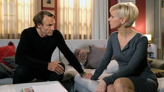 Martin Stein (Bernhard Bettermann) weiß, dass Alexander MIT Kathrin Globisch (Andrea Kathrin Loewig) nach Kuba gehen will. Er macht sich Sorgen um seine Freundin und will ihr ins Gewissen reden. Doch schnell wird klar, dass das nicht der passende Moment ist - Martin spürt, dass Alexander auch in der Wohnung ist.