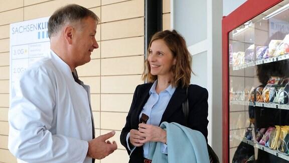 Dr. Roland Heilmann (Thomas Rühmann) ist seit Wochen auf der Suche nach seiner Straߟenbahn-Bekanntschaft und dann begegnet er ihr (Julia Jäger) ausgerechnet in der Sachsenklinik wieder. Die beiden freuen sich so sehr über das unverhoffte Wiedersehen, dass sie sich kurzerhand verabreden, um einen Kaffee trinken zu gehen. Roland wird sie anrufen.