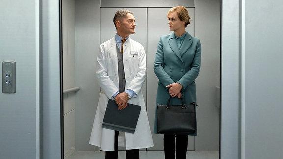 Dr. Kaminski (Udo Schenk) und Dr. Lea Peters (Anja Nejarri)