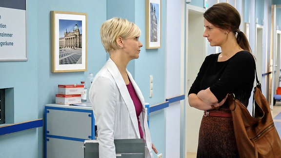 v.l.n.r.: Dr. Kathrin Globisch (Andrea Kathrin Loerwig), Dr. Maria Weber (Annett Renneberg)