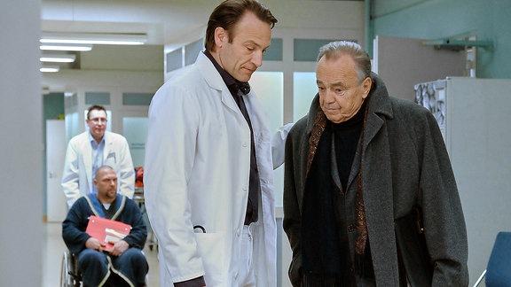 v.l.n.r.: Dr. Martin Stein (Bernhard Bettermann) und Prof. Simoni (Dieter Bellmann)