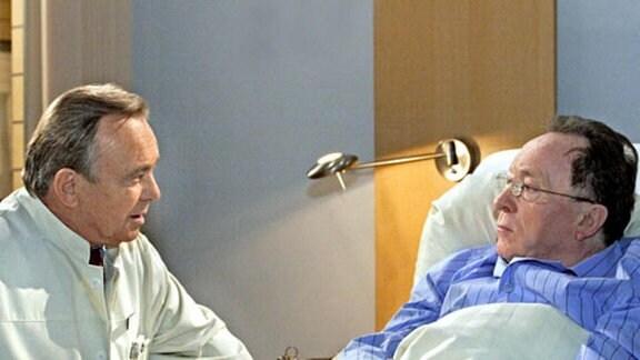 Professor Simoni hält Horst Grabowski eine Standpauke am Krankenbett.