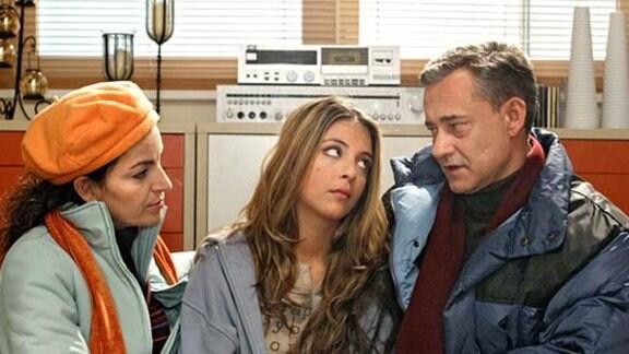 Arzu hat sich mit Philipp überworfen. Ihre Eltern wollen sie trösten.