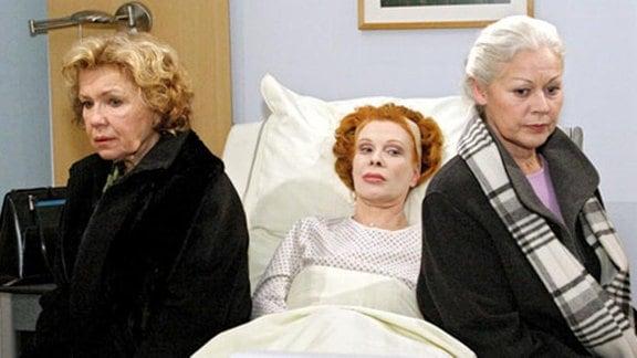 Ursula Russ wird mit einem Oberschenkelhalsbruch eingeliefert.