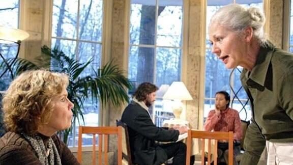 Renate kritisiert Gertrud, weil sie Ursulas Meinung nicht akzeptiert.
