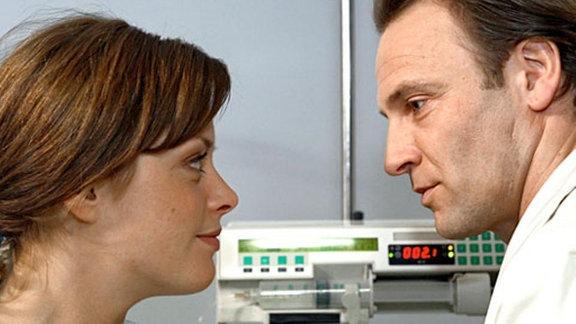 Rebecca macht dem Oberarzt Dr. Martin Stein eindeutige Avancen.