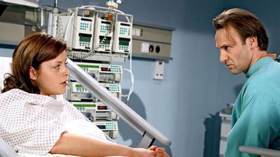 Rebecca deutet Martin an, selbst den Perfusor manipuliert zu haben.