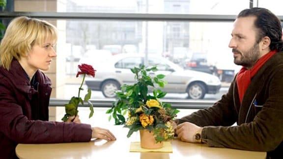 Niels van Gusten und Lisa Böttger finden beieinander Trost.