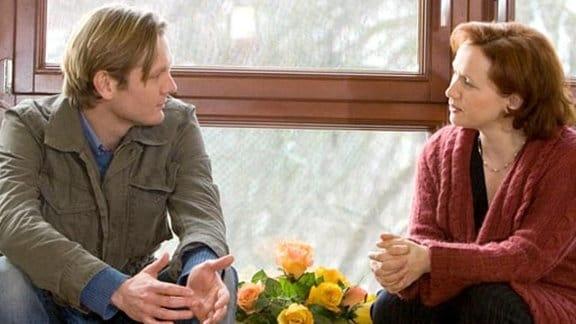 Petra bietet Mathias Gebärdenunterricht an.