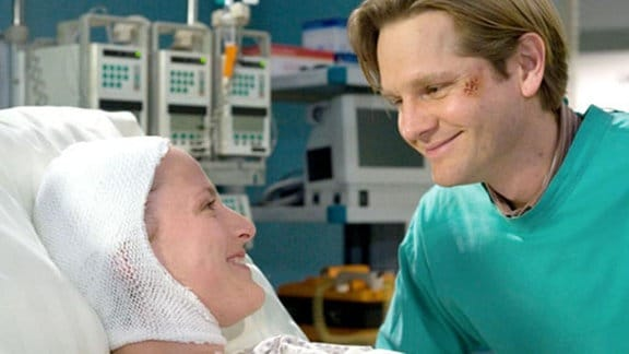 Mathias ist nach Christinas Operation bei ihr.