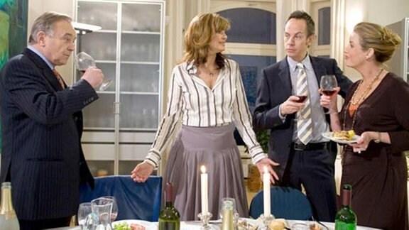 Yvonne und Steffen laden Sarah und Gernot zum Essen ein.