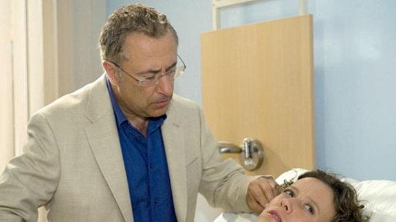 Paul findet den Grund für Iris' Schmerzen.