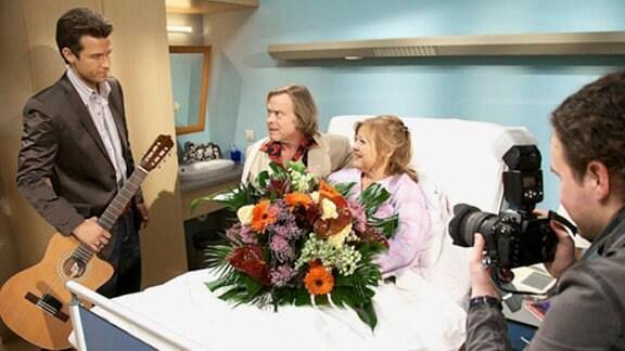 Der Schlagerstar besucht seinen Fan Brigitte am Krankenbett.