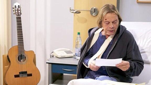 Tom Peters ist betroffen, als er von Brigittes Not-Operation erfährt.