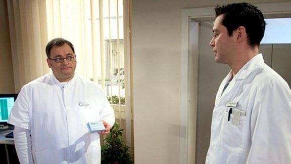 Pfleger Hans-Peter stellt Dr. Brentano zur Rede.