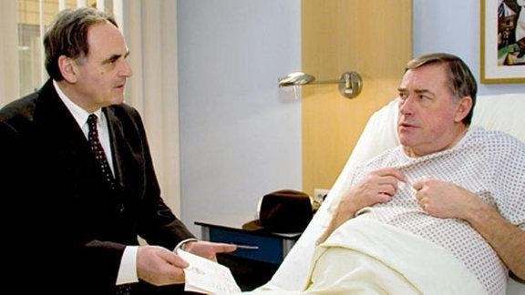 Dr. Konrad Fuchs besucht seinen Bruder Henning in der Klinik.