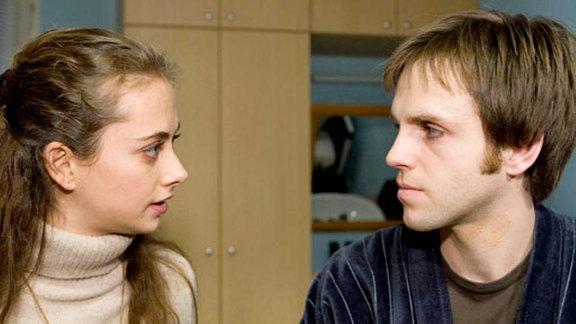 Helge Hauschke sagt seiner Frau, dass sein Gehirntumor inoperabel ist.