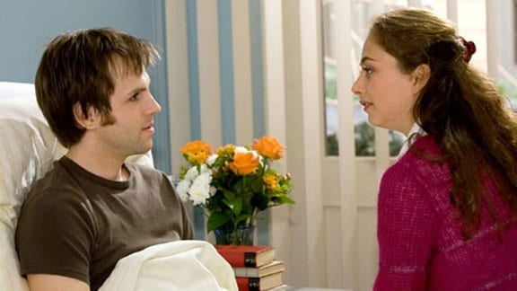 Helge Hauschke unterhält sich mit seiner Frau über Dr. Heilmann.