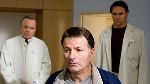 Die Diagnose für Dr. Roland Heilmann schockiert seine Kollegen.
