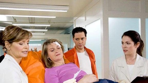 Frau Weitz wird von Dr. Brentano mit einem Knöchelbruch eingeliefert.