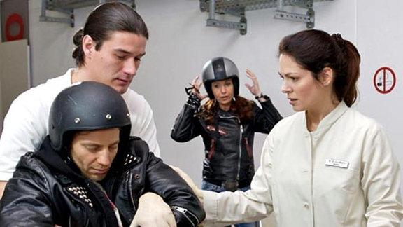 Dr. Elena Eichhorn nimmt Maik erneut in der Sachsenklinik auf.