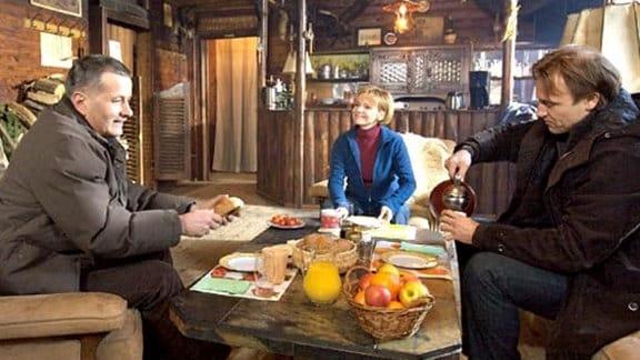 Die Kollegen verbringen ein Wochenende zusammen in einer Waldhütte.
