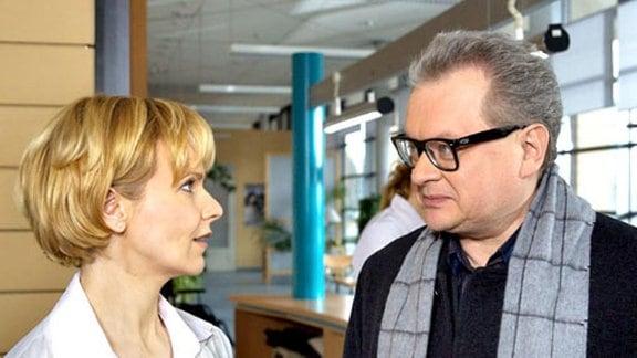 Dr. Sitzler entschuldigt sich bei Kathrin Globisch.