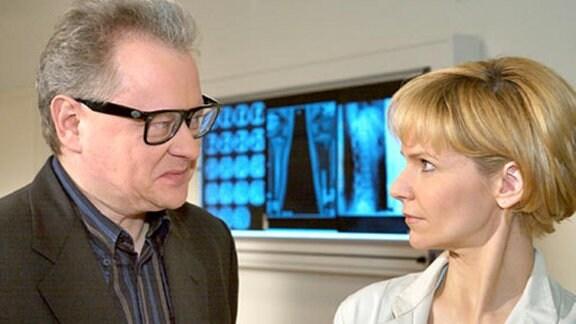 Dr. Sitzler erliegt Dr. Globischs Charme.