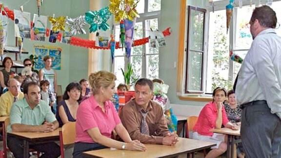 Der Schuldirektor begrüßt die Eltern der Schulanfänger.