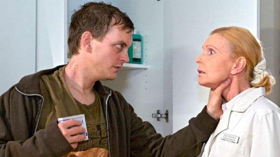 Auf Entzug bricht Fabian Althaus den Medikamentenschrank auf.