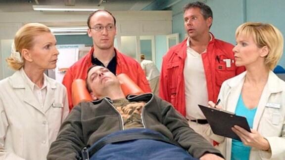 Ein junger, drogenabhängiger Mann wird in die Klinik eingeliefert.