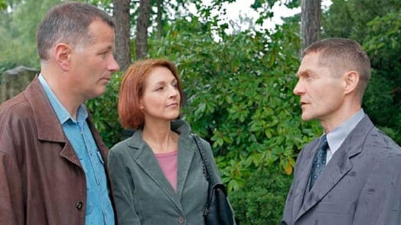 Pia und Roland Heilmann treffen auf dem Friedhof Dr. Kaminski.