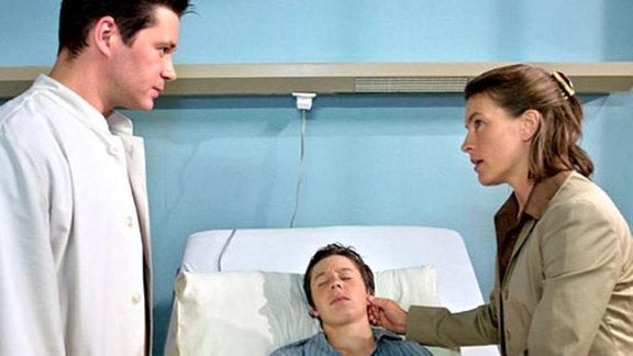 Dr. Brentano teilt Carolin mit, dass es Benjamin nicht besser geht.
