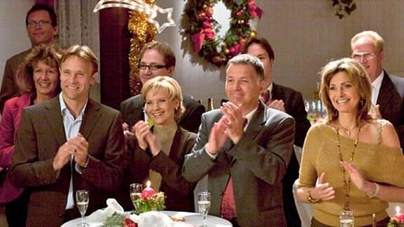 Die Belegschaft genießt die Weihnachtsfeier der Sachsenklinik.