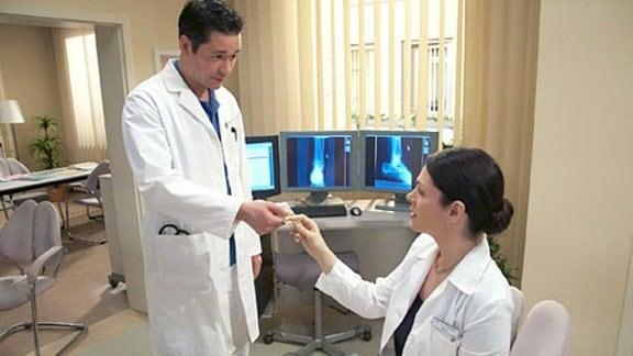 Dr. Elena Eichhorn findet Aufputschmittel im Ärztezimmer.