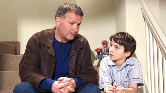 Roland Heilmann erklärt seinem Enkel, wie es um ihn und Pia steht.