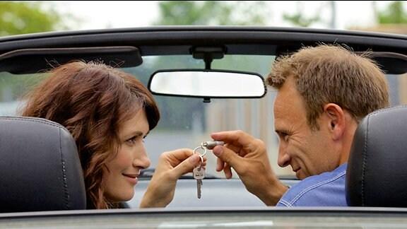 Martin Stein will an dem gemeinsamen Glück mit Antonia Bach arbeiten. Als Liebesbeweis überlässt er ihr seinen Wohnungsschlüssel