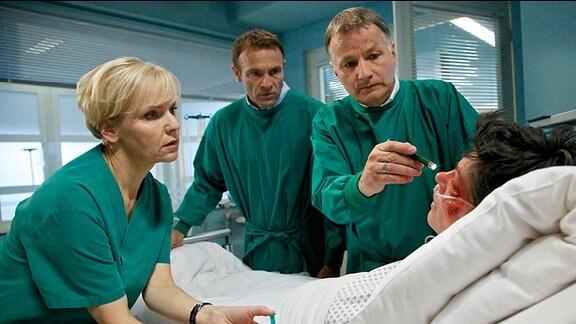 Elena Eichhorn gerät in Panik, als sie plötzlich Doppelbilder sieht. Dr. Roland Heilmann und Dr. Kathrin Globisch befürchten eine baldige Erblindung, können die dafür notwendige Gesichtsoperation jedoch erst nach Elenas Wirbelkörperbruch-OP durchführen. Elena bricht in Tränen aus und richtet ihre verzweifelten Worte an Dr. Martin Stein