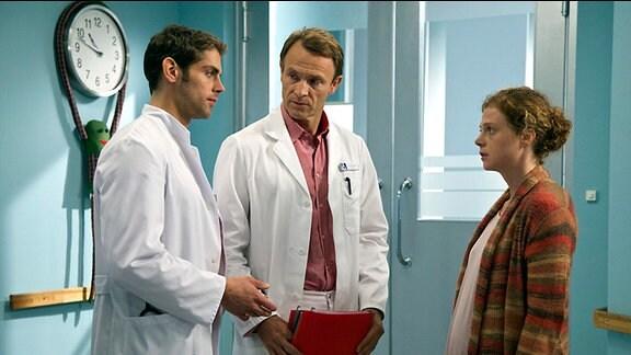 Stella Löschs gerade geborener Sohn Linus hat plötzlich Atembeschwerden und läuft blau an. Dr. Martin Stein und Dr. Niklas Ahrend erklären Stella, dass die linke Herzhälfte ihres Babys nicht entwickelt ist. Ohne Operation muss Linus sterben, doch die Operation ist hochkomplex und sehr riskant.
