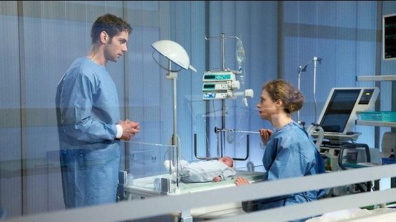 Dr. Niklas Ahrend informiert Stella Lösch ausführlich, was auf sie und vor allem ihr Baby zukommt. Wenn Linus, dessen linke Herzklappe nicht ausgebildet ist, die erste Operation überstanden hat, werden im Laufe der nächsten Jahre noch weitere auf ihn zu kommen. Stella muss die schwerste Entscheidung ihres Lebens treffen.