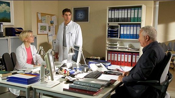 Dr. Halrald Loosen und Dr. Kathrin Globisch besprechen die Anästhesie für die bevorstehende Opertation des neugeborenen Linus. Loosen überrumpelt Dr. Niklas Ahrend damit, das er, Niklas, nur 45 Minuten für die OP hat, Loosen selbst nur assistieren wird. Niklas versucht professionell zu bleiben, aber ihn quält der Gedanke an die hochriskante OP. Er hat das Trauma, sich an einem Unfallort zwischen zwei Schwerverletzten entscheiden zu müssen, noch lange nicht überwunden.
