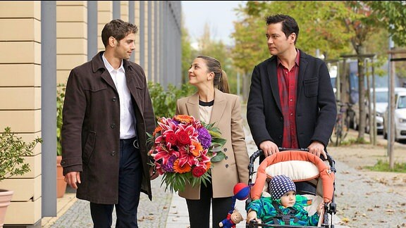 Dr. Niklas Ahrend (Roy Peter Link), Arzu (Arzu Bazman) und Philipp (Thomas Koch) mit Niklas Sohn Max
