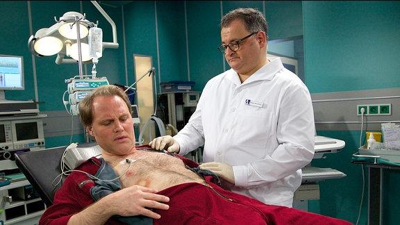 Heizungsmonteur Paul Greiner (Mirco Reseg) und Pfleger Hans-Peter Brenner (Michael Trischan)
